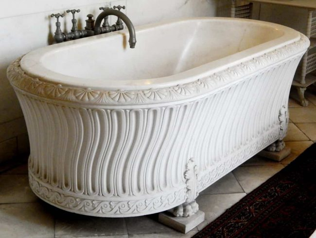 How much does a clawfoot tub weigh?