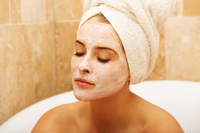 Apply a DIY face mask in the tub