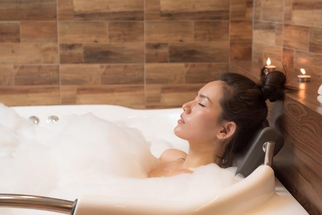 Hot bath benefits include decreasing mental fatigue and stress