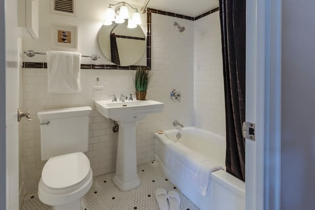traditional pedestal sink in small bathroom